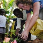 Vera hat auch Blumen und etwas Gemuese gepflanzt - unter den faszinierten Blicken der MiRO-Kinder.