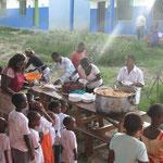 Reis, Gemüse und Chapati werden an alle verteilt
