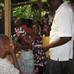 Fasziniert bestaunen die Kinder verschiedene Reptilien im Mamba Village