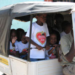 """Die Kinder im """"Tuktuk"""" auf der Fahrt zur Feier, die in der Schule stattfindet"""