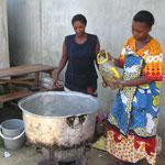 Die Hausmütter beim Kochen für alle Kinder und Gäste