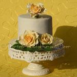 Crèmefarben mit gelben Rosen