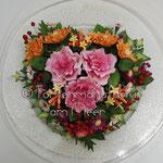 Gesteck aus Rosen, Dianthus, Geißblatt, Astern und Chrysanthemen