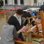 うちの和子さんも織り体験のお手伝いです。