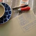 リビングのテーブルでお茶を飲みながら版画の開始です