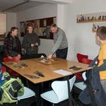 Raffael Winkler beim Erklären der verschiedenen Mauserstrategien
