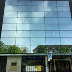 Gerüst hinter Glasfassade für Fensterreinigung