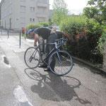 Philippe nettoie son vélo avant de repartir