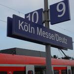 Si scende dal treno alla stazione Köln-Deutz...