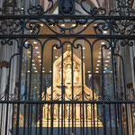 L'Arca dei Re Magi (situata dietro l'altare maggiore), ospita le ossa dei Re Magi, portate da Milano dall'imperatore Federico Barbarossa. È alta 1,10 m e lunga 2,20.
