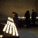 All' entrata ascendono i visitatori le candele.