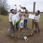 28.2.2013  die Landschaftslotsen sichern das Umfeld.--   Foto: Ingolf Grabow