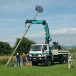 """23.6.2010  der 2. Mast wird auf der """"Scmetterlingswiese"""" aufgebaut.--   Foto: Bernd Merkle"""