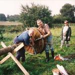 15.8.2000  der erste Storchenmast wird aufgebaut, mit Paul Morche, Ingolf Grabow und Renate Karau.--NABU-Foto