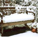 Teak-Bank im Winter draussen bei Schnee