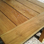 Teaktisch mit Holz-Sealer versiegelt. Wasser perlt ab