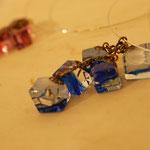 六根さんのcube状のガラスが胸元できらめく個性的な作品。