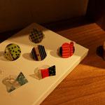 滝川ふみさんのリング。独特の色合わせと模様、大胆なモチーフに手を伸ばす方が実に多い作品。ミニツケルアートピース♪