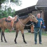 Röbi will alles probieren :-) auch reiten! In seinem ganzen Leben sei er noch nie auf einem Pferd gesessen!