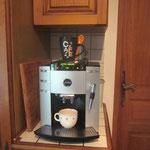Juhuuu wir haben nun auch einen Kaffeevollautomaten. DANKE an Mami und Papi Hallauer!!!