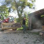 Die Dachdecker kommen mit grossen Maschinen. Die Ziegel und Menschen werden in die Schaufel geladen :-)