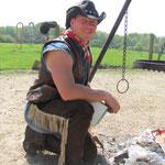 Cowboy Rolf lernt Pascal wie man ein richtiges Feuer macht.