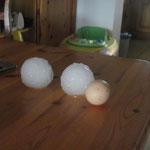 Tennisballgrosse Hagelkörner vom 30.06.2012 im Vergleich zu einem Hühnerei!