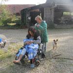 Nach mehreren Tagen Bettruhe versucht Margrith die Haar zu entknöpfen :-)