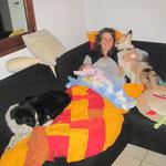 """Entlich wieder zu Hause! Denja und Püppie dürfen ausnahmsweise auf dem Sofa """"grüezi"""" sagen :-)"""