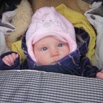 juhuu mit der neuen Kappe ist es kuschelig warm im Wägeli.