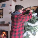 Papi Rolf schmückt zum ersten Mal unser Weihnachtsbaum.
