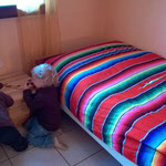 Rachelle und Raphaël kontrollieren ob im Gästezimmer alles funktioniert und bereit ist.