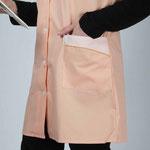 détail poche blouse Chloé - empiècement rayé saumon souligné de passepoil uni