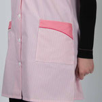 détail poche blouse Chloé - empiècement rose souligné de passepoil uni