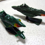左下・デストロイヤー艦(旧プラモ)、右上・ガミラス艦(2199新プラモ)