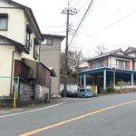 鉄骨の上に建つ住宅の前のガードレール手前を電柱側の住宅前の間を左折