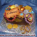 Сундук 3 Шоколадный бисквит, творожный крем, чернослив, курага. Мастика