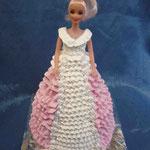 Барби в розовом (кремовая) Медовик со сметанным кремом, вишня, киви. Отделка – белковый крем