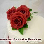 Три красных розы Ванильный бисквит, сливочно-ванильный крем, чернослив, грецкие орехи. Мастика 2,7кг