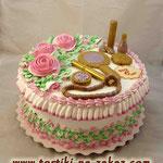 Шкатулка с розами Шоколадный бисквит, прослойка безе, крем Шарлот, вишня в коньяке. Белковый крем, мастика. 4,4кг