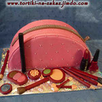 Косметичка розовая Ванильный бисквит, творожный крем, вишня, бананы, персики. Отделка – мастика