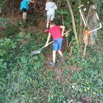 Kinder bauen Aufgang der Waldrutsche (alter Standort)