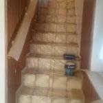 Treppenhausaufgang während der Lackierarbeiten