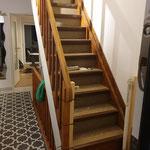... jahrzehnte alte Holztreppe ...