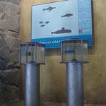 Strömungszylinder: Duch eine Drehscheibe wird ein Modell im Inneren des Zylinders durch das Wasser bewegt, um den Wasserwiderstand verschiedener Formen zu zeigen.