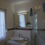 Bad mit Dusche, WC und Wascbecken