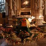 Karlas Sarg vor dem Altar