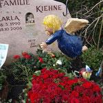 Der Engel schwebt an Karlas Grab