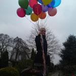 Malika mit 19 Luftballons für Karla