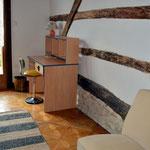 Chambre avec boiseries apparentes au mur - bureau - gîte en ARGONNE